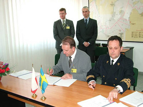 The contract was signed by Dockstavarvet MD, Torbjörn Larsson (left) and Kontradm. Konrad Wisniowski from the Polish Border Guard